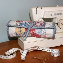 Stitch n' Go Sewing Roll - Cartamodello Punta Spilli e Porta Lavoro di Natalie Bird, The BirdHouse