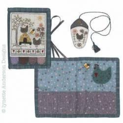 Mrs Hens Needlecase - Cartamodello Porta Aghi, Lynette Anderson