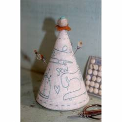 Sew Essential Pincushion - Cartamodello Punta Spilli Ricamato di Natalie Bird, The BirdHouse