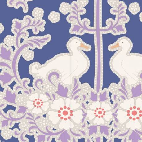 Tilda 110 PlumGarden, Duck Nest Blueberry, fondo blu, nido coppia papere avorio , fiori bianchi e rami lilla